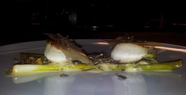 Petits poireaux, Saint-Jacques et crème de poireaux à la truffe